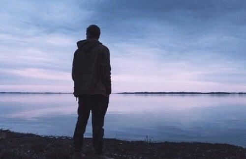 Uomo in riva al mare.