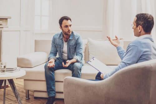 Uomo durante una seduta dallo psicologo.