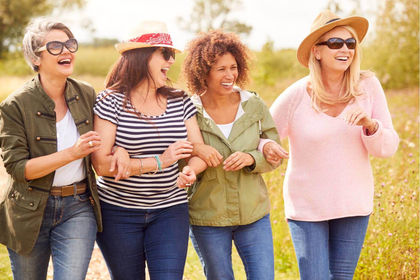 Donne adulte felici passeggiata.
