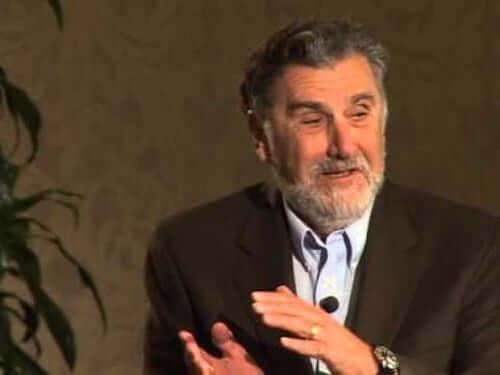 Aronson durante una conferenza.