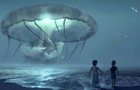 Bambini nel mare davanti a medusa gigante.