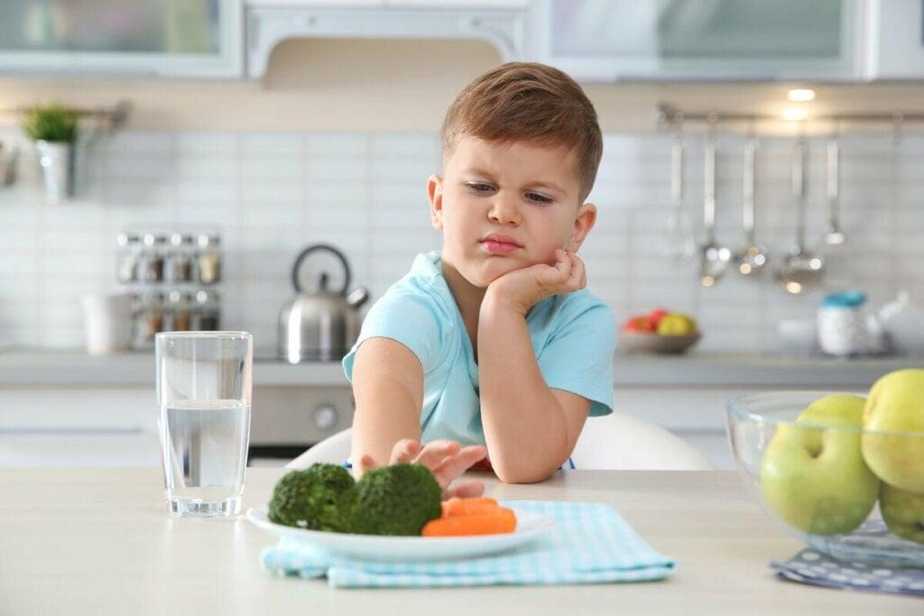 Bambino che non vuole mangiare.