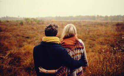 Coppia abbracciata in campagna.