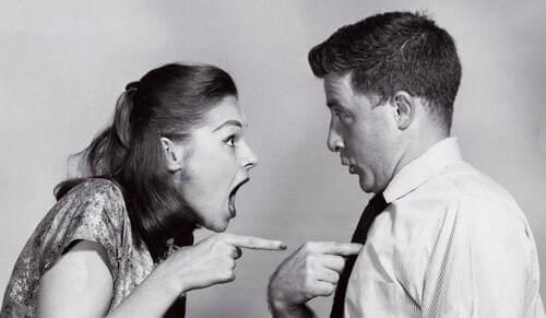 Sabotare una relazione: donna che accusa il partner