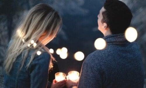 Coppia felice con candele.