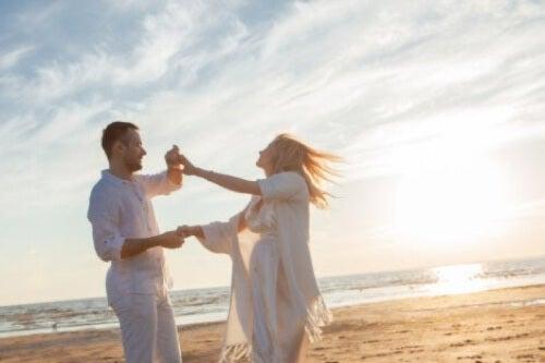 Coppia che balla in spiaggia.