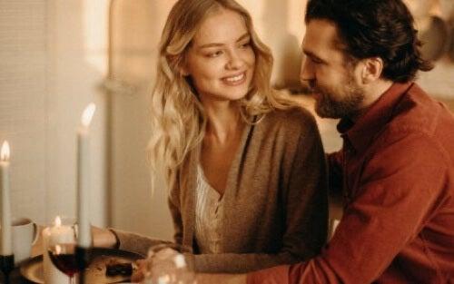 Coppia innamorata che si guarda.