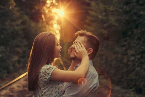 Ragazza che copre gli occhi al fidanzato.