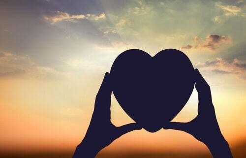 Mani che tengono un cuore.