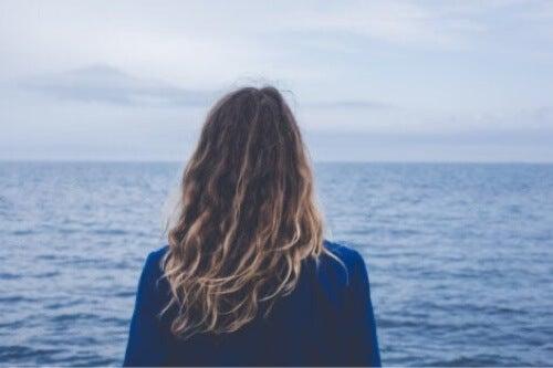 Donna che guarda il mare.