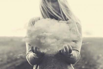 Ragazza che solleva una nuvola.