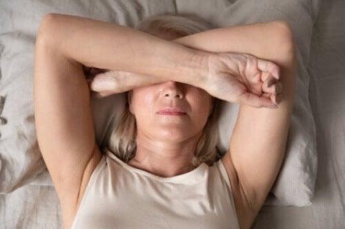 Donna depressa a letto.