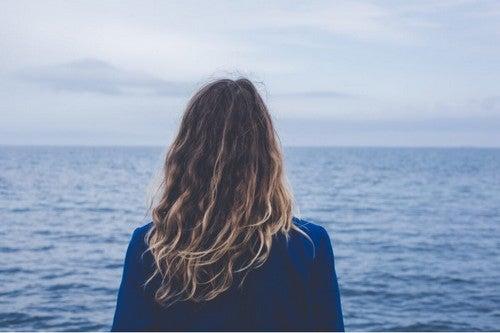 Donna che osserva il mare.