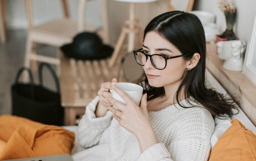 Donna seduta che beve un tè.