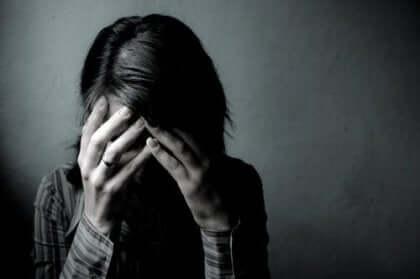Donna triste che si sente in colpa.