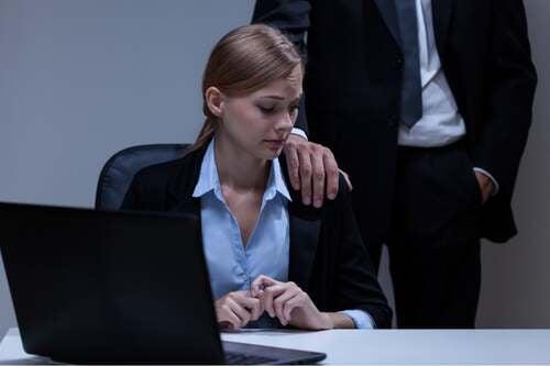 Donna spaventata dalle molestie sessuali sul posto di lavoro.