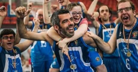 Giocatori di pallacanestro con disabilità che esultano.