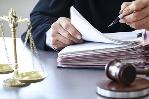 Magistrato che legge la perizia di uno psicologo forense per un processo.