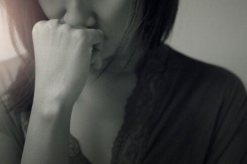 Mani di donna in bianco e nero.