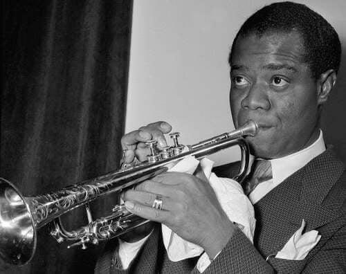 Louis Armstrong che suona la tromba.