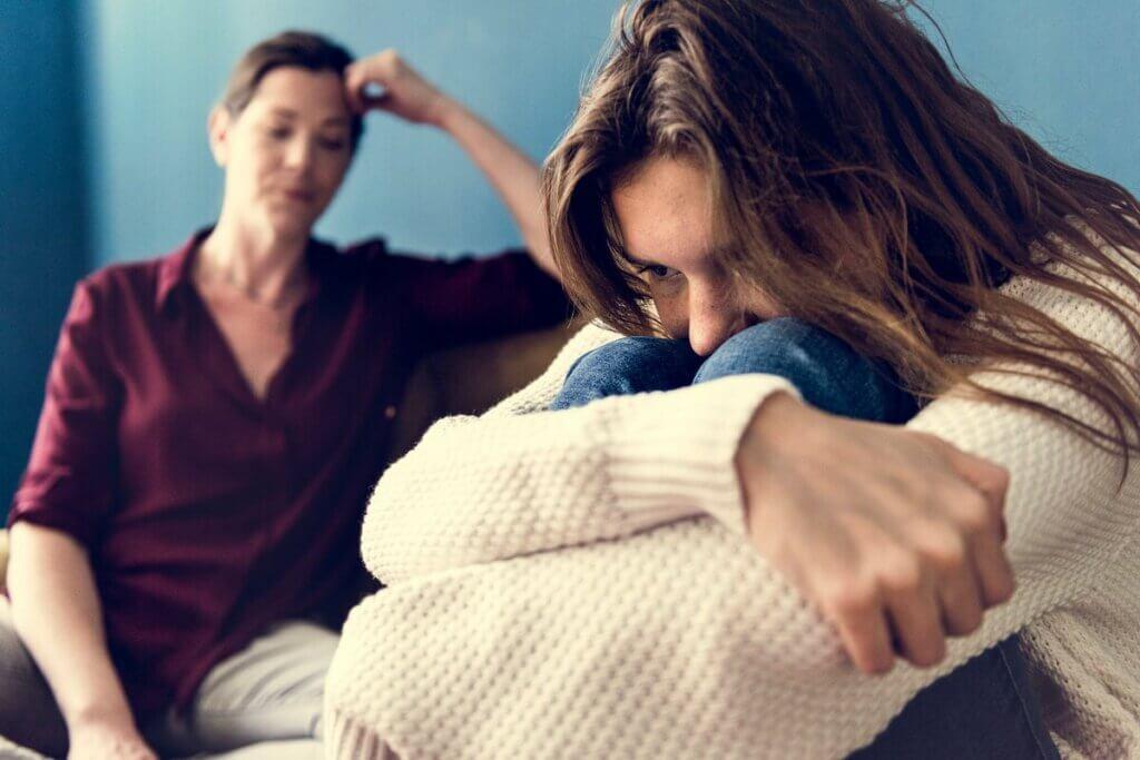 Madre che cerca di parlare con la figlia adolescente.