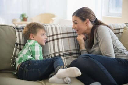 Madre che cerca di ottenere il rispetto dei figli.