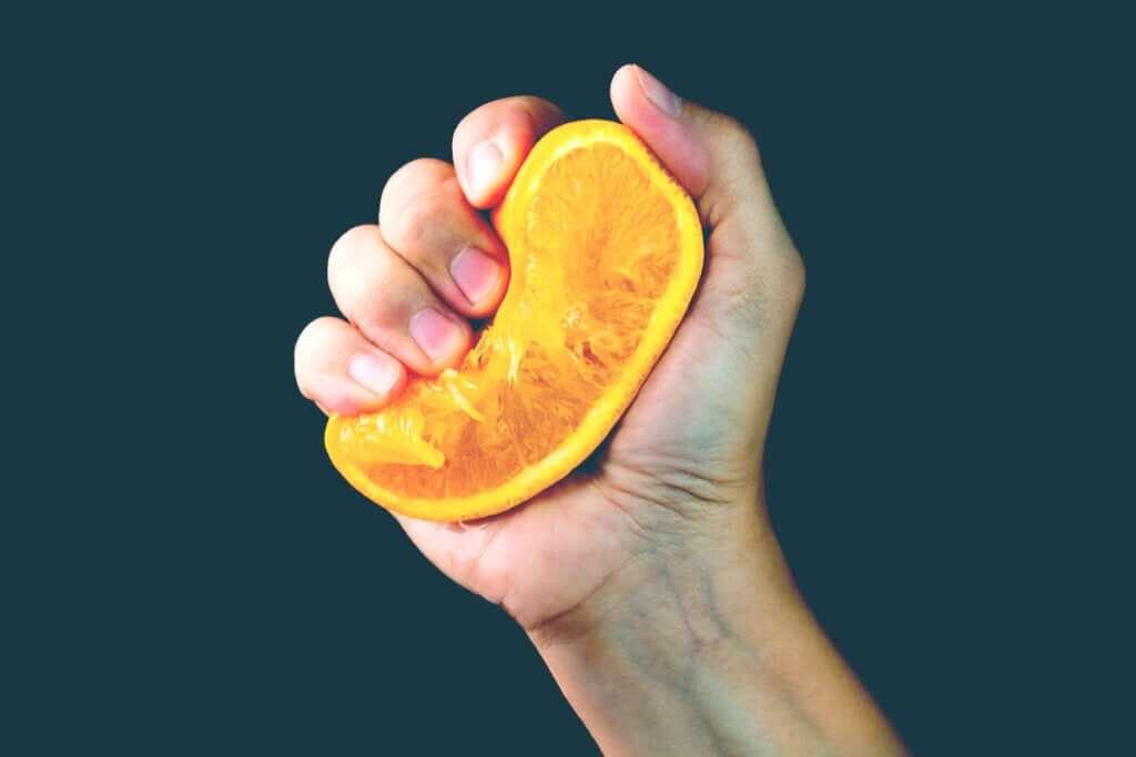 La metafora dell'arancia: come reagiamo alle provocazioni?