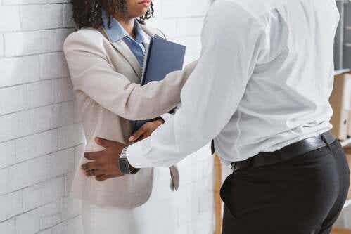 Molestie sessuali sul posto di lavoro: cosa fare?