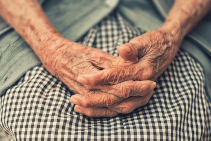 Anziana signora con alzheimer.