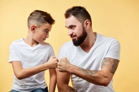 Padre e figlio pugno contro pugno.