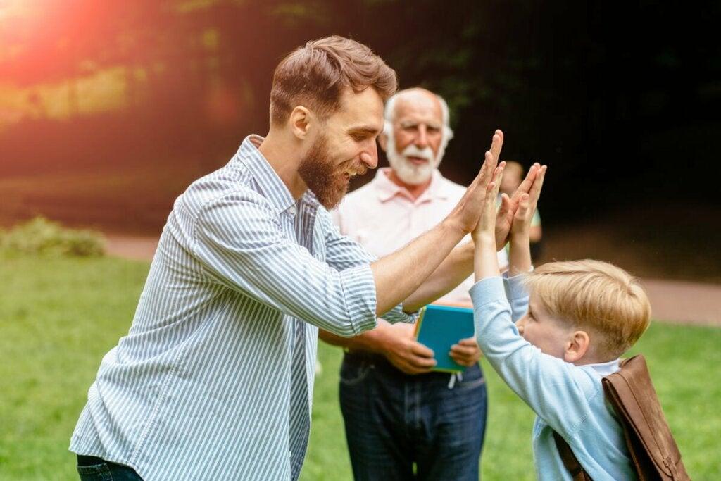 Padre e nonno che giocano con il bambino.