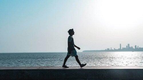 Uomo che passeggia vicino al mare.