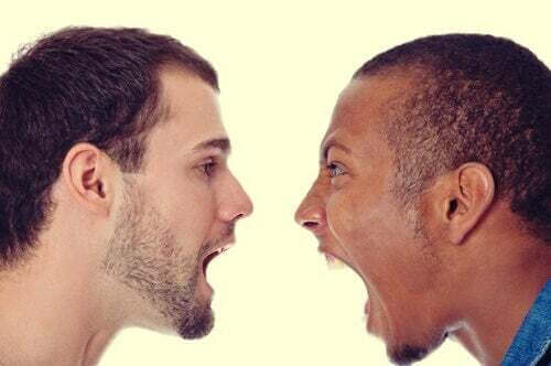 Due persone che gridano.