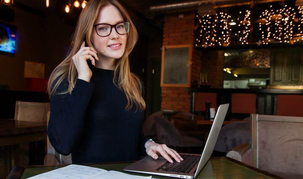 Ragazza con occhiali al computer.