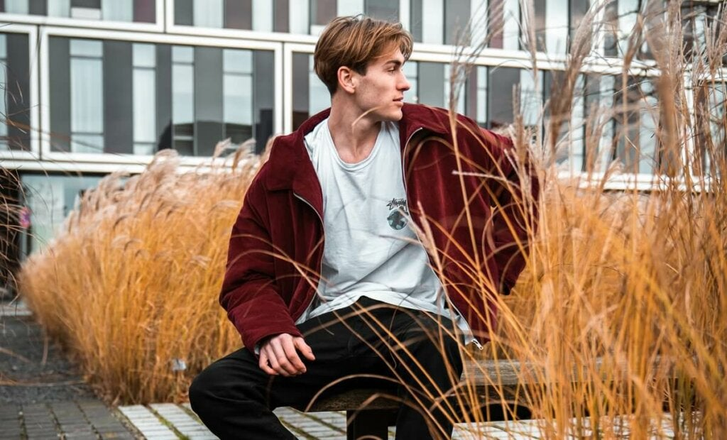 Ragazzo seduto su una panchina.