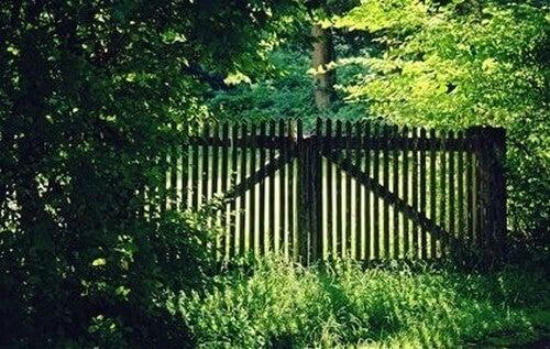 Rispettare i confini altrui e cancello nel parco.
