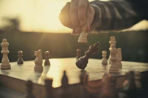 Persona che gioca a scacchi.