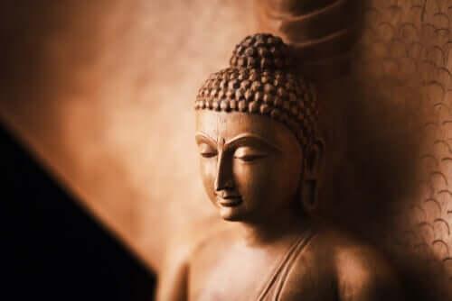 Statua del buddha appoggiata.