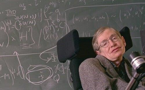 Stephen Hawking davanti a lavagna.