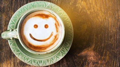 Lo umorismo e caffè con sorriso.