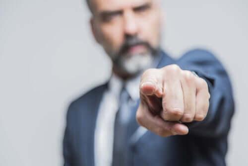 Uomo che indica col dito.
