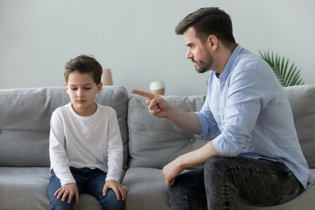 Uomo che rimprovera il figlio.