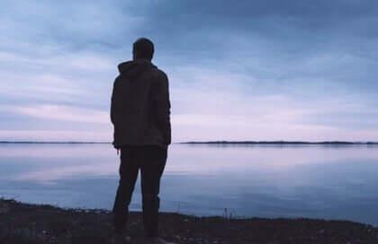 Uomo in silenzio davanti al mare.