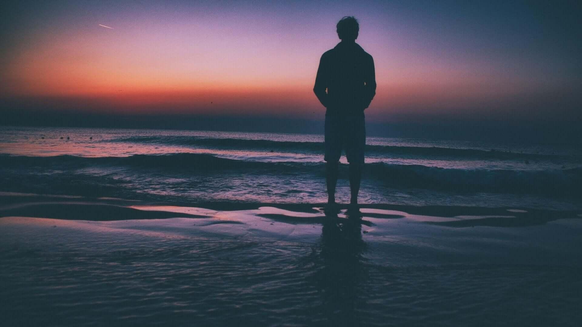 Uomo che guarda il tramonto.