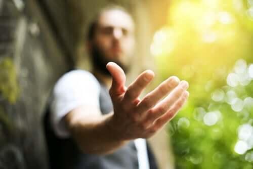Uomo che tende la mano alle persone ingrate.