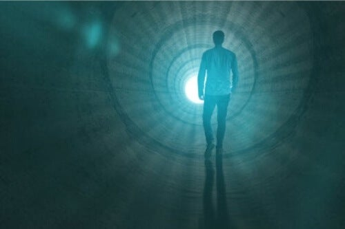 Uomo in tunnel di luce.