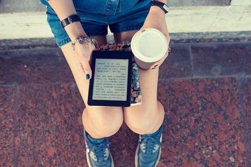 Ragazza con caffè e ebook.