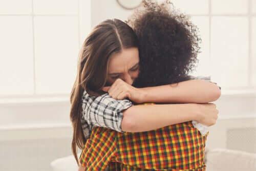 Amiche che si abbracciano.
