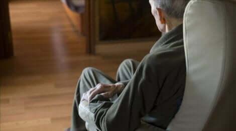 Anziano seduto sulla poltrona.