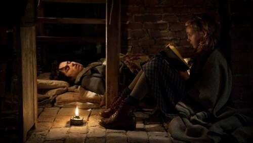 Scena del film con la bambina che legge un libro.